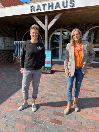 Sina Beckmann und Viola von Cramon vor dem Langeooger Rathaus